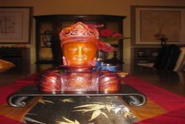 Với tay chạm vào Đức Phật