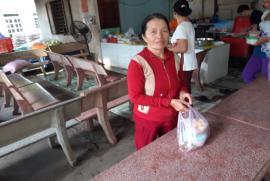 Chùa Bửu Châu phát 800 suất cơm tại bệnh viện đa khoa Bình Dương