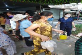 Phát cơm từ thiện tại Bệnh Viện Đa khoa T. Bình Dương. Ngày 09. 08. 2020