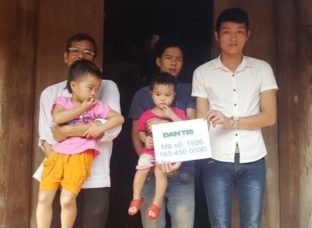 PV báo điện tử Dân trí và đại diện gia đình trao số tiền 163.450.000đ của bạn đọc đến với gia đình anh Ngọc