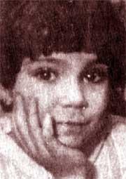 Bé gái Samlini Permac đang ôn lại quảng đời trước đây của mình.