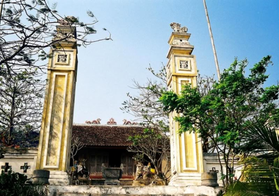 """Đền Cờn được coi là ngôi đền linh thiêng bậc nhất trong """"đệ nhất tứ linh"""" của xứ Nghệ. Đền Cờn được xây dựng vào năm 1312 giới thời vua Trần Anh Tông, tọa tại làng Phương Cần, xã Quỳnh Phương (Quỳnh Lưu). Đền nằm ngay sát cửa biển Lạch Cờn, có địa thế non nước hữu tình (Ảnh: mytour.vn)"""