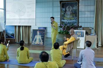 Trong lớp Buddha yoga của Thầy Huệ Đăng