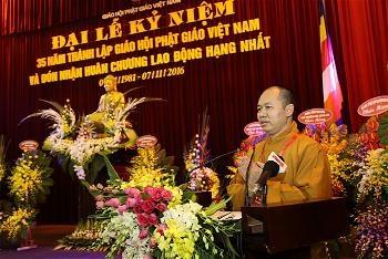 TT.Thích Đức Thiện báo cáo thành quả công tác Phật sự trong 35 năm thành lập và phát triển của Phật giáo Việt Nam