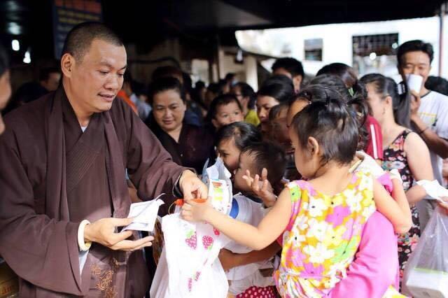 Chuỗi hoat động phát quà Trung thu cho các bệnh nhân nhí được diễn ra trong khuôn viên của bệnh viện đa khoa tỉnh Bình Dương