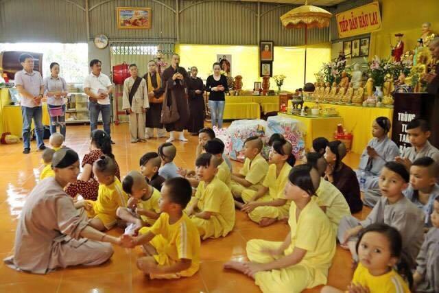 Đại đức Thích Bửu Thành cùng đoàn Phật tử đến thăm và phát quà Trung thu cho các em nhỏ tại mái ấm chùa Phật Minh ( Bến Te)