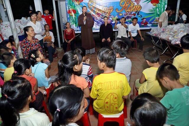 Tổ chức đêm hội trăng rằm tại ấp 4A, xã Bình Mỹ, huyện Củ Chi dành cho các em nhỏ có hoàn cảnh đặc biệt khó khăn