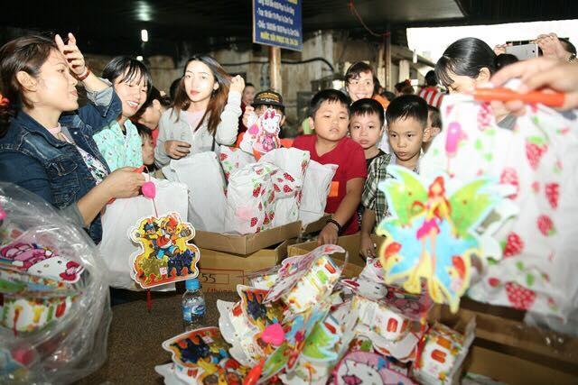 Các tình nguyện viên chuẩn bị lồng đèn để trao tặng cho các em