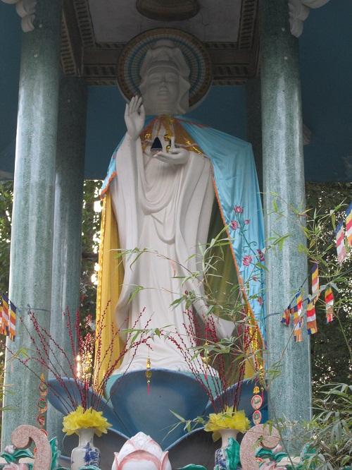 Có Nên Choàng Thêm Y Áo Cho Các Thánh Tượng Phật, Bồ Tát Hay Không?