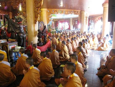 Phật Tử Có Nên Cúng Đồ Mặn Và Thờ Quan Công, Thổ Địa, Thần Tài?