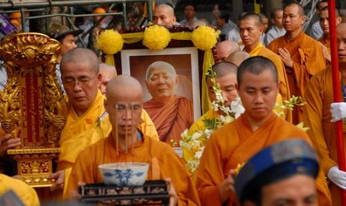 Có Nên Than Khóc Khi Người Thân Qua Đời Không? Trình Tự Tang Lễ Theo Nghi Thức Phật Giáo Như Thế Nào?