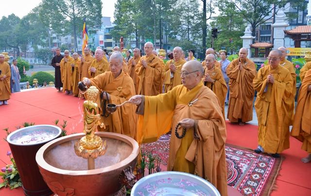 Kết quả hình ảnh cho Chư tôn giáo phẩm làm lễ Mộc dục tại lễ đài Việt Nam Quốc Tự