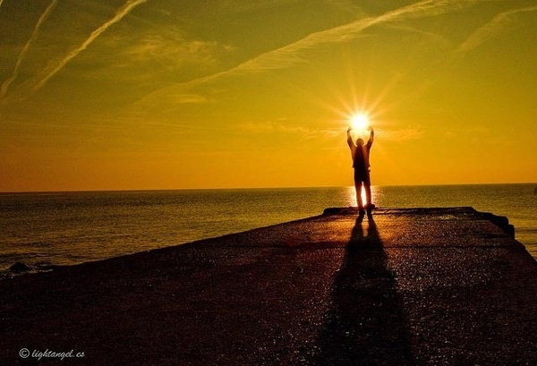 Nhìn này, tôi có thể bắt lấy mặt trời bằng tay không! (Ảnh: Internet)