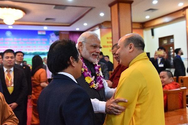 Thủ tướng ấn thăm hỏi một vị Tăng sinh