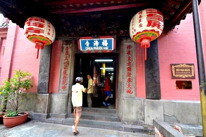 Phía trước gian chính chùa Phước Hải (còn có tên là chùa Ngọc Hoàng).