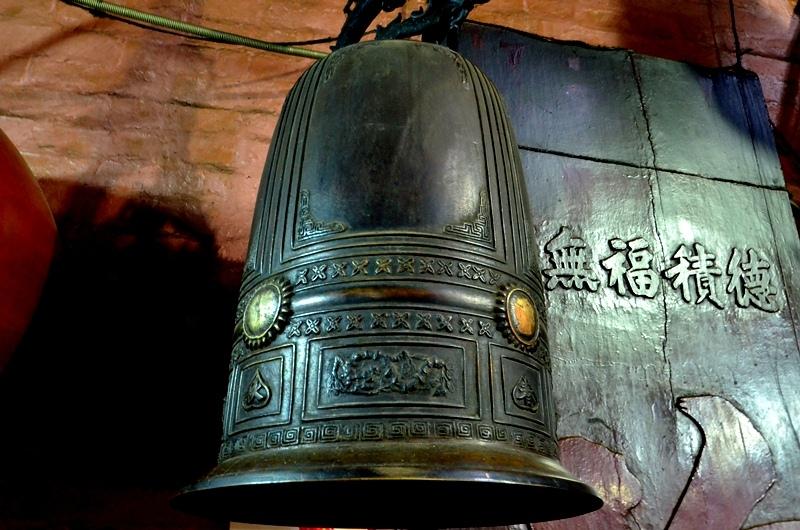 Chiếc chuông khá cổ kính của ngôi chùa.