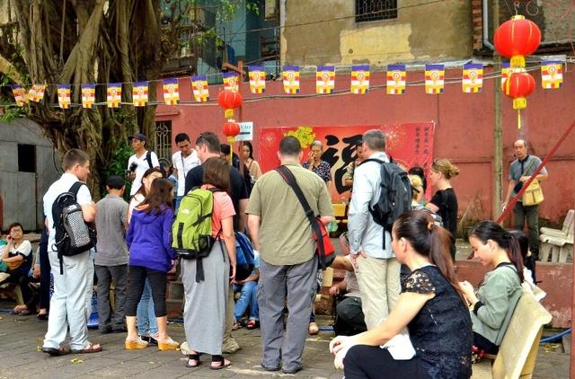 Thời gian này, lượng du khách nước ngoài viếng thăm chùa Ngọc Hoàng đông hơn thường lệ.