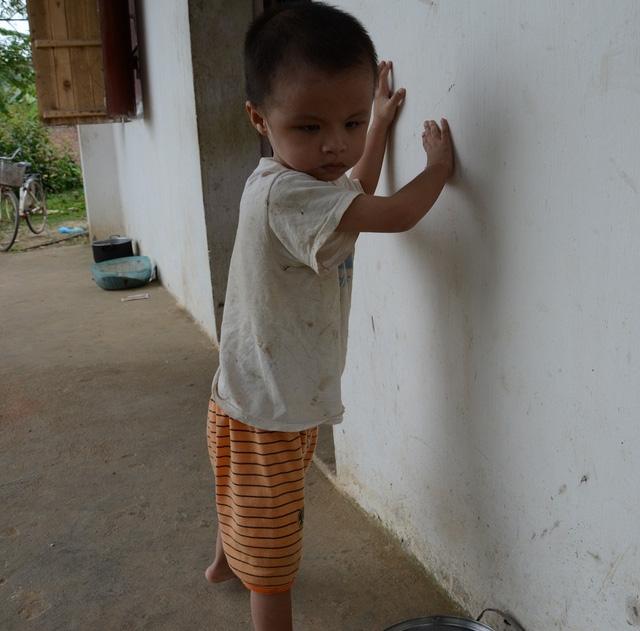 Hình ảnh bé Minh dò dẫm tìm đường đi khiến mọi người không khỏi chạnh lòng thương xót.