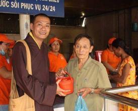 Phát cơm từ thiện và quà cho bệnh nhi tại BVĐK T. Bình Dương. Ngày 25. 01. 2015.